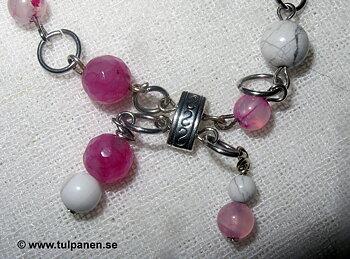 """Armbandet """" Dotty""""  med  agater och howlite pärlor."""