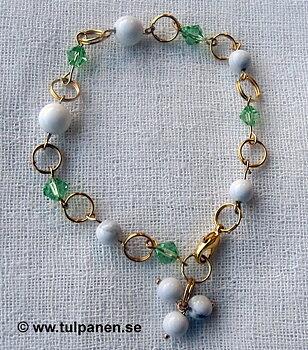 """Armbandet """" Gunnel""""  med howlitepärlor och gröna swarowskipärlor."""