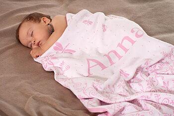 Babydecke mit Wiese und Namen. 90x130cm
