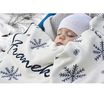 Babydecke mit Schneeflocken und Namen.