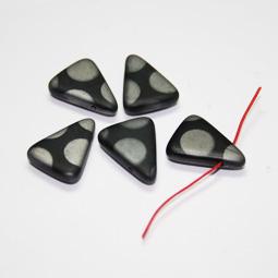Matt svart trekantig pärla med silverprickar, 14*18 mm. 5-pack.