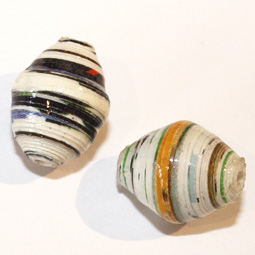 Oval handgjord papperspärla från Afrika, 15 mm. 2-pack.
