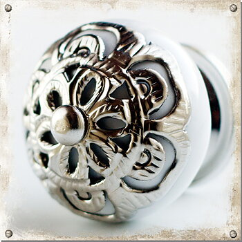 Ceramic knob with ornament in silver, white
