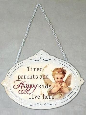Plåtskylt skylt Tired parents and happy kids lives here shabby chic lantlig stil