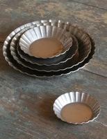 Set med fem fat i zink metall