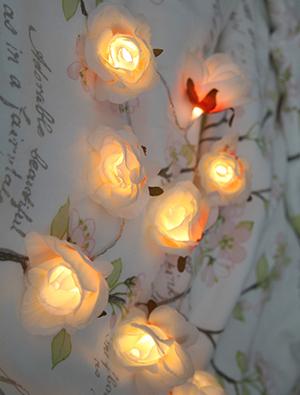 Ljusslinga vita stora tyg rosor med batteri timer shabby chic lantlig stil