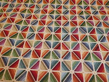 Dover ljus botten med mönster i regnbågsfärger