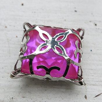 Glassten med infattning  - Silverfärgad med mörkrosa sten 15mm 1 styck