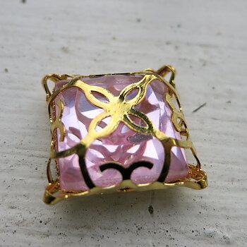 Glassten med infattning  - Guldfärgad med rosa sten 15mm 1 styck