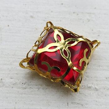 Glassten med infattning  - Guldfärgad med röd sten 15mm 1 styck