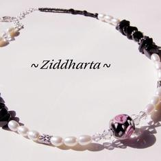 L4:111nn BlackRose Halsband / Necklaces - Really Beautyfully: White Frashwaterpearls, Swarovski, Handmade Lampwork Centerpiece - Vita sötvattenspärlor & Svart Onyx