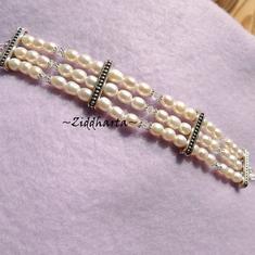 L2:52 Armband: 3-radigt Vita Sötvattenspärlor av hög kvalitet & Swarovkski Kristaller