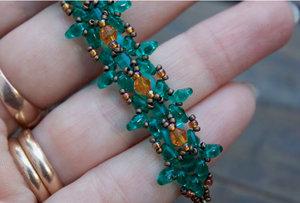 Mönster på armbandet Elsa av Olga. (skickas per e-post)