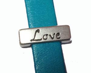 Slider i grekiskt kvalitetsmetall med ordet Love, 17*5 mm. Hålet är 10*2 mm.