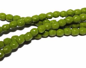 Fasetterade opaka limegröna pärlor, 3 mm. En sträng.