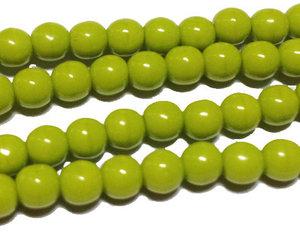 Runda opaka limegröna pärlor, 4 mm. En sträng.