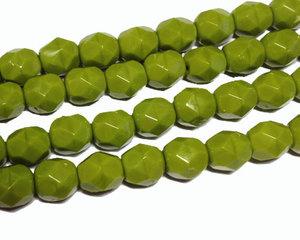Fasetterade opaka limegröna pärlor, 6 mm. En sträng.