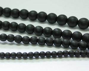 Rund druk tjeckisk pärla, Alabaster Metallic Matte Black, 29400. 6 mm. En längre sträng, 16 cm.