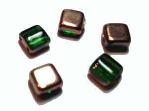 Tjeckisk klargrön 2-hålig tilepärla med koppar, 6 mm. 20-pack.