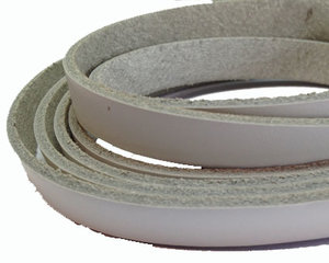 Vitt platt brett läder, 10 mm brett. Per 20 cm.