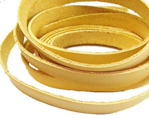 Ljusgult platt brett läder, 10 mm brett. Per 20 cm.
