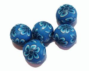 Blå fimopärlor med blått blommönster, 12 mm. 5-pack.