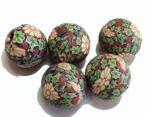 Bruna fimopärlor med blommor i grönt, 12 mm. 5-pack.