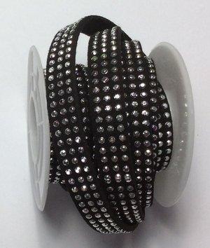 Syntetisk mocka med 3 rader silverbling, 10 mm bredd. Per 20 cm