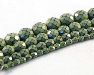 Ljust olivgröna fasetterade pärlor i snakecoating, 6 mm. Ca 16 cm sträng.