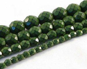 Gröna fasetterade pärlor i snakecoating,10  mm. Ca 16 cm sträng.