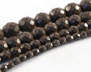 Bruna fasetterade pärlor i snakecoating, 10 mm. Ca 16 cm sträng.