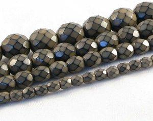 Mullvadsbruna fasetterade pärlor i snakecoating, 10 mm. Ca 16 cm sträng.