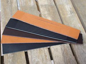 Svart brett 30 mm läder med utskurna stripes, 16,5 cm längd.