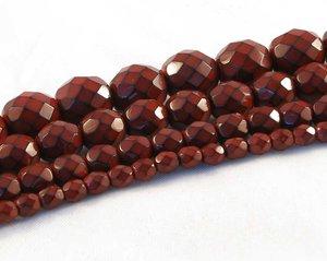 Djupt röda fasetterade pärlor i snakecoating, 4 mm. Ca 16 cm sträng.