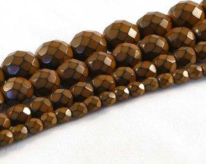 Terracottabruna fasetterade pärlor i snakecoating, 8 mm. Ca 16 cm sträng.