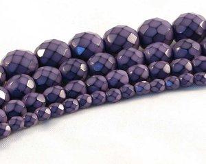 Lila fasetterade pärlor i snakecoating, 10 mm. Ca 16 cm sträng.