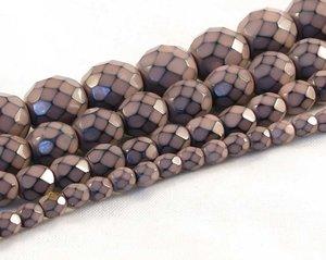 Gammelrosa fasetterade pärlor i snakecoating, 4 mm. Ca 16 cm sträng.