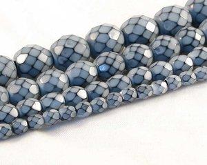 Ljusgrå fasetterade pärlor i snakecoating, 8 mm. Ca 16 cm sträng.