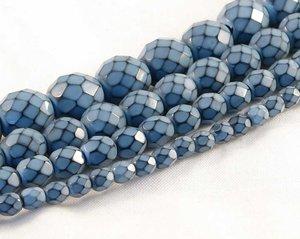 Ljusblå fasetterade pärlor i snakecoating, 8 mm. Ca 16 cm sträng.