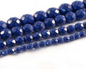 Blåa fasetterade pärlor i snakecoating, 6 mm. Ca 16 cm sträng.