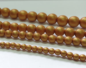 Rund druk tjeckisk pärla, Alabaster Metallic Gold, 29421. 6 mm. En längre sträng, 16 cm.