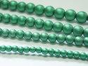 Rund druk tjeckisk pärla, Alabaster Metallic Mat Emerald, 29455. 6 mm. En längre sträng, 16 cm.
