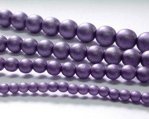 Rund druk tjeckisk pärla, Alabaster Metallic Purple, 29425. 6 mm. En längre sträng, 16 cm.