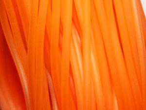 Orange ihålig gummislang, lätt transparent. Slangen är 3 mm tjock och hålet är 1,7 mm.