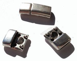 Magnetiskt lås i grekisk kvalitetsmetall pläterat med 999 silver. Hålet mäter 10*2,5 mm.