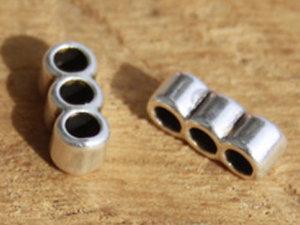 Tredelad åtskiljare i kvalitetsmetall, hålen är drygt 2 mm. 2-pack