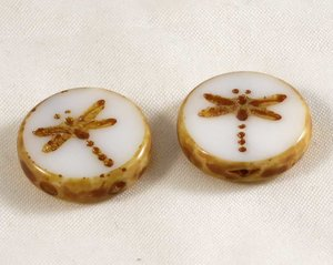 Tjeckisk fire polish pärla, platt med trollslände mönster, 18 mm diameter. 2 stycken.