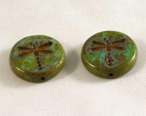 Grön tjeckisk fire polish pärla, platt med trollslände mönster, 18 mm diameter. 2 stycken.
