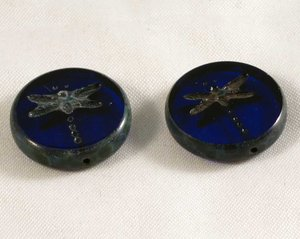 Blå tjeckisk fire polish pärla, platt med trollslände mönster, 18 mm diameter. 2 stycken.