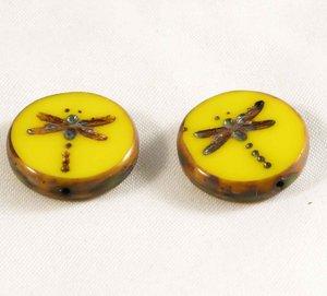 Gul tjeckisk fire polish pärla, platt med trollslände mönster, 18 mm diameter. 2 stycken.